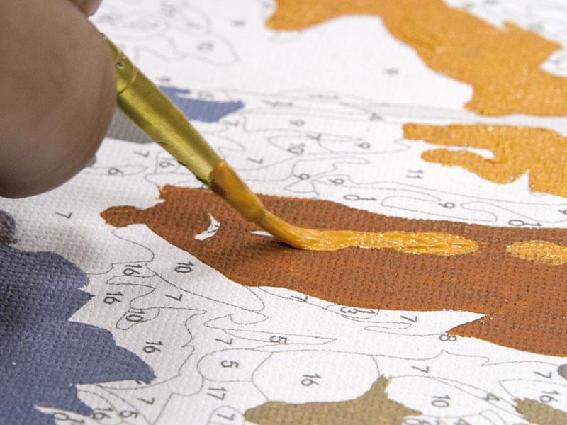 Крупный план наложения краски на холст картины